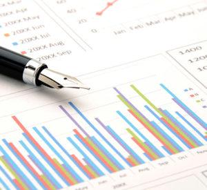 集計結果をまとめた表やグラフを元に、PowerPoint等でレポートを作成します。